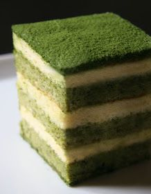If you are interested in the health benefits of matcha tea, but don't enjoy hot drinks, why not make a smoothie? Here are 4 matcha green tea smoothies to try. Japanese Cake, Japanese Sweets, Japanese Matcha, Japanese Food, Tea Cakes, Cupcake Cakes, Cupcakes, Green Tea Dessert, Matcha Cake