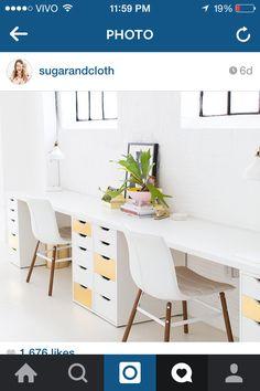 maravilindo! Home Office com decoração clean, cadeiras brancas e tampo/mesa de madeira.