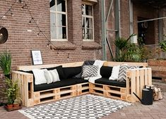 Pallet Sofa Table Diy Plantenbak Diy Pallet Balcony Diy Pallet Bank Diy Pallet D… Pallet Sofa Tables, Diy Pallet Couch, Pallet Sectional, Diy Sofa Table, Pallet Patio, Patio Diy, Pallet Garden Furniture, Best Outdoor Furniture, Pallets Garden