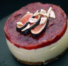 Voyagez au pays de l'Oncle Sam avec ce copieux cheese-cake aux figues et chocolat blanc. #recette. Crédits recette et photo : Alexandra Beauvais / Stéphane Thommeret. Source : Relaxnews.