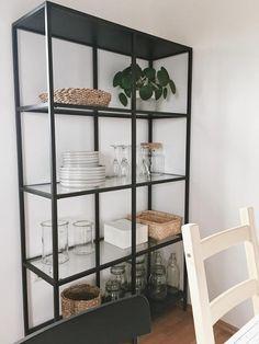 Ikea Vittsjö: Bei liebes.ding erfährst du, wie du das beliebte Regal von Ikea dekorieren kannst und es so perfekt ins Wohnzimmer oder Esszimmer passt.