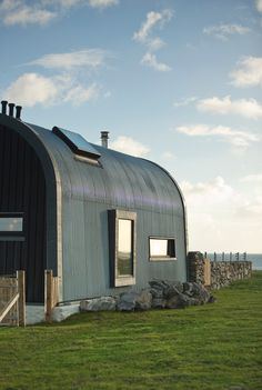 HOUSE NO. 7 Isle of Tiree, Scotland modern-haus-und-fassade Quonset Hut Homes, Steel Roofing, Tin Roofing, Roofing Shingles, Roof Architecture, British Architecture, Roof Styles, House Roof, Hut House