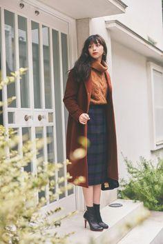 この時期、とびきりおしゃれになれるトレンドカラーといえばブラウン。定番アウターのチェスターコートも、こっくりとしたブラウンで取り入れるだけでぐっと洗練された上品なイメージに。チェックのタイトスカートなど、色や柄もなんなく受け止めてくれるのもうれしいところ。