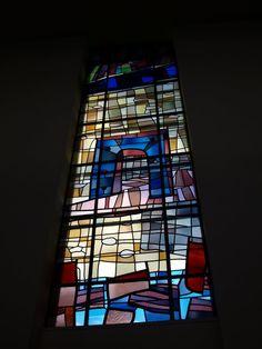 """Glas-in-loodramen van Max Reneman (1923-1978) in de Gereformeerde kerk """"Magnalia Dei"""", voorheen de Rooms-Katholieke kerk """"Maria ten Hoorn"""", van architect C.H. Bekink (1923-1996) en verbouwd door architect J. Valk uit Soest. Verder zijn er glas-in-loodramen van Hubert P.M. Estourgie (1924-1982), en glas-in-betonramen van J.D.M. (Hans) van der Plas (1925-1991). Bekink's schoonvader was de architect Charles M.F.H. Estourgie (1884-1950); Coen Bekink en Hubert Estourgie waren zwagers van elkaar."""