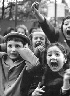 """Eisenstaedt enfants au théâtre de marionnettes pour enfants Regarder l'histoire de «Saint Georges et le Dragon"""" au Théâtre de marionnettes dans les Tuileries, ..."""