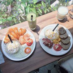 產出The Food 鮭魚牛奶可頌 香蕉脆培根 奇異果蘋果汁 原本覺得料看起來不多 但吃起來超級飽 唯一要挑剔的大概就是撒在蛋上的迷迭香了 草味有點重 吃不習慣 還有現打果汁超濃稠超好喝~~~ - 捷運雙連站/赤峰街  #產出 #產出TheFood #赤峰街 #台北美食 #早午餐 #雙連站 #brunch #Taipei #Taiwan #Taipeicafe  #Taipeifood #Taipeifoodie #foodpic #instafood #ants_ann