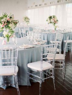 Элегатное свадебное оформление в классическом стиле в пыльно-голубых тонах подчеркнули высокие пышные композиции и модные прозрачные стулья кьявари