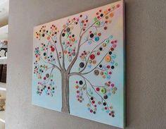 Kunst met knopen! Eenvoudig maar toch heel mooi. Maak voor papa of mama een schilderij met knopen om het huis wat op te fleuren! De kinderen kunnen zelf kiezen welke figuur ze maken.