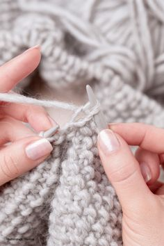 Knit headband – it's that easy – socken stricken Casting Off Knitting, Arm Knitting, Cast Off, It Cast, Stretchy Bind Off, Scarf Knots, I Cord, Knit Pillow, Learn How To Knit