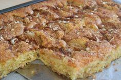 Dette er ei kjempegod kake som mi mor pleide å lage. Det er ei stor oppskrift, men den er så god at det vanligvis ikke byr på noe problem å bli kvitt den. Skulle det likevel bli noe til overs, så egner den seg godt til å fryse ned i … Recipe Boards, I Love Food, Nom Nom, French Toast, Food And Drink, Sweets, Baking, Breakfast, Snacks