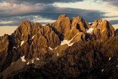 Torrecerredo Picos de Europa desde Vega Huerta Asturias Monument Valley, Mount Everest, Mountains, Nature, Birds, Travel, Vegetable Garden, Naturaleza, Viajes