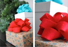 Já pensou em colocar laços de feltro em seus presentes? Ficam lindos!