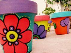 Macetas de barro pintadas con muchos colores, la mejor convinacion