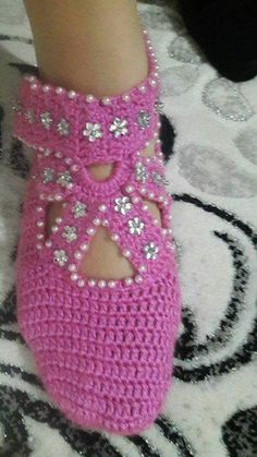 This Pin was discovered by Gül Fast Crochet, Crochet Baby, Crochet Shoes, Crochet Slippers, Baby Knitting Patterns, Crochet Patterns, Knit Baby Booties, Socks And Sandals, Boot Cuffs