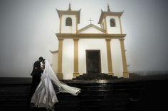 Noivos Andreia e Elias na escadaria da Igreja da Serra da Piedade, muita neblina e frio