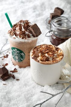 Chocolate Crumble Hot and Cold from Starbucks Comida Do Starbucks, Cold Starbucks Drinks, Bebidas Do Starbucks, Starbucks Secret Menu Drinks, Starbucks Recipes, Cute Desserts, Delicious Desserts, Yummy Food, Starbucks Wallpaper