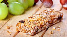 Whole Wheat Oats and Honey Granola Bar - Healthy Granola Bars Healthy Late Night Snacks, Healthy Snacks, Yummy Snacks, Yummy Food, Healthy Recipes, Easy Recipes, Healthy Bars, Oats And Honey Granola Bar Recipe, Healthy Muesli Bar Recipe