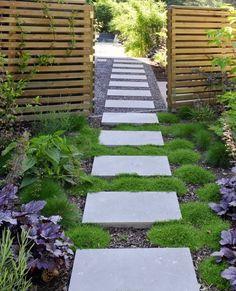 Dróżka ogrodowa z betonowych płyt kwadratowych