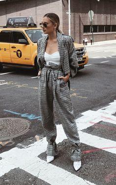 Musa do estilo: Danielle Bernstein. Terninho xadrez cinza, balzer, calça clochard, body lingerie branco, ankle boot branca