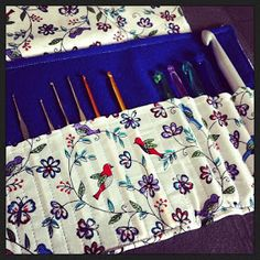 Cute way to store my knitting needles. Though it would need to be taller and have a few pockets Crochet Hook Case, Crochet Hooks, Sewing Crafts, Sewing Projects, Diy Crafts, Sewing Ideas, Quilting, Knitting Needles, Needle Felting