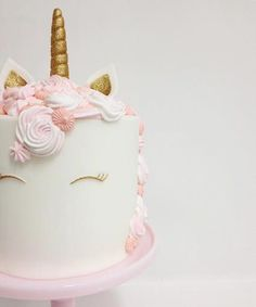 Unicorn cakes are our favorite Pinterest trend right now. HOW CUTE?