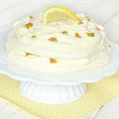 Lyxig, läcker marängtårta med fylld med fluffig passionsfruktmousse!