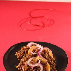 Ingredienti2 arance200 g di lenticchie secche2 piccoli cipollotti rossi2 cucchiai d'olio d'olivasaleLessate le lenticchie con i cipollotti interi in acqua salata fino a quando sara