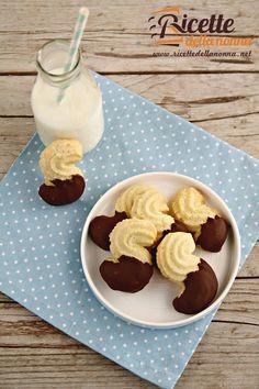 Questi deliziosi frollini ricoperti al cioccolato sono semplici e veloci da preparare. Ideali per la merenda o la colazione, saranno apprezzati da grandi e piccini.