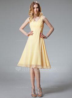 A-Line/Princess V-neck Knee-Length Chiffon Homecoming Dress With Ruffle (022020750) - JJsHouse