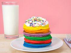 Rezept Regenbogen Pancakes – Wie heisst es so schön? Das Auge isst mit. Dieser Ausspruch trifft voll und ganz zu auf unsere Regenbogen Pancakes. So macht das Frühstück gleich doppelt Spass. Wie du den Teig für die Pancakes herstellst und wie du mit wenig Aufwand diesen einfärbst, zeigen wir dir hier. #Pancakes #Omeletten #Pfannkuchen #EssenmitKindern #KochenfürKinder #Kinderessen #Kindergericht #Kindermenu #Lebensmittelfarbe Omelet, Birthday Cake, Desserts, Recipes, Food, Kid Cooking, Recipes For Children, Food Coloring, Food For Kids