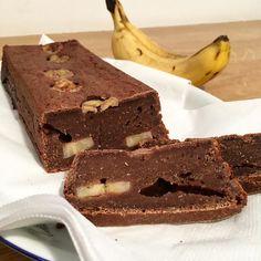 Jak to jen nazvat? Čoko-banánový chléb?  Recept: 3 hrnky špaldové mouky 1 hrnek ovesných vloček 1 větší banán 10 datlí 3 lžíce datlového (či jiného) sirupu 1 lžíce karobu 1 lžíce kakaa 1 lžička skořice prášek do pečiva a vodu aby bylo těsto ideálně polotekuté (je to vůbec slovo?! ) Všechno dohromady rozmixujeme a nalijeme do pečící nádoby já jsem ještě přidala jeden nakrájenými banán a vkládala  ho do těsta. Teď už stačí jen péct v troubě na 200 stupňů cca. 45 min.  Je bez cukru zdravý a…