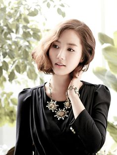 We love Korean celebs hairstyle. Lighter hair color with big waves on Park Min Young's bob.