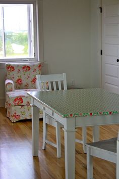 I love this oilcloth covering on this kitchen table (thefarmchicks.typepad.com)