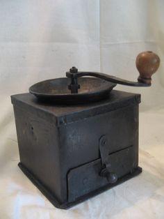 Sehr gut erhaltene frühe Eiserne Biedermeier Kaffeemühle um 1800