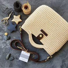 Ну и фото сумочки внутри. Подкладка. Самый страшный зверь, мучающий всех сумкоделов🙃 ~~~ Я долго не могла подобрать к этой сумочке… Crochet Handbags, Crochet Purses, Sweet Bags, Crochet Ornaments, Crochet Art, Beaded Purses, Knitted Bags, Handmade Bags, Hand Sewing