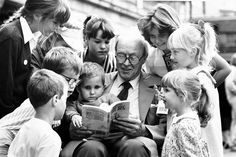 Roald Dahl reads to a group of children (including Sophie Dahl, far left) Roald Dahl Day, Roald Dahl Quotes, Shel Silverstein Quotes, Sophie Dahl, Magical Quotes, Kid President, Love Facts, Family Issues, Children's Picture Books