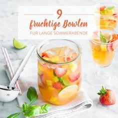 Rote Erdbeeren, gelbe Mango und grüne Limette - was kann es besseres in einer fruchtig exotischen Sommer-Bowle geben? Mit kühlem Weißwein verfeinert.