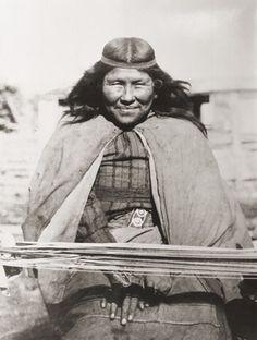 Mujer tejedora tehuelche. Autor desconocido. S/F. En: Archivo Fotográfico MCHAP.