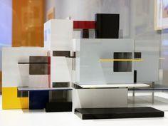 São 3 maquetes em estilo modernista, seguindo os padrões da De Stijl. Veja também os filmes explicando a história do movimento.