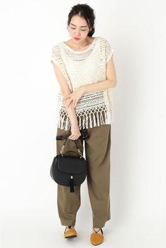 透かし編みニットなら肌見せもヘルシーな印象に。夏にしたいスタイルですね。