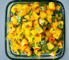 Mangosalat med en vri - denne lages med chili! Det søte og det sterke passer perfekt sammen. Lær hvordan du lager mangosalaten her. Mango Salat, Chili, Cooking Recipes, Healthy Recipes, Simply Recipes, Love Food, Food Porn, Food And Drink, Healthy Eating