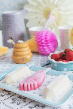 Helados de vainilla y fresa sobre plato de cerámica de Miss Étoile En el vídeo de esta semana os muestro cómo hacer helados con formas divertidas y clásicas como el famoso helado en forma de lápiz o pie con estos moldes para helados. Los helados que os enseño en el vídeo son fáciles y rápidos de hacer. Además, para la versión de fresa utilizomiel que está riquísima. Hay muchas formas de divertirnos con los más pequeños de la casa. Hacer helados como estos es una de ellas. Además de pasar…