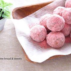 いちごのホロホロ米粉のスノーボールです! 簡単にできるし♪ おいしくてあっという間になくなっちゃいます♪ 小麦・卵・乳不使用(いちごパウダーには乳糖が使われています) いちごパウダーはカルディで購入。