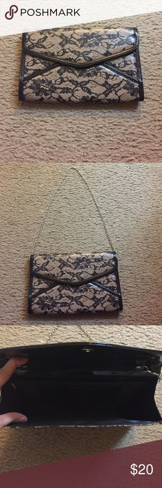 Purse Perfect for a party! Small clutch that turns into a shoulder bag. Gold chain strap and small pocket for credits cards. Brand new and never been used Aldo Bags Clutches & Wristlets