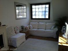 Mirror expands the window in this livingroom with wood and white tones / Peili laajentaa ikkunaa toisellekin seinälle tässä valkoisten tekstiilien ja puunsävyjen olohuoneessa Sofa, Couch, Little Houses, Small Spaces, Homes, Furniture, Home Decor, Settee, Settee