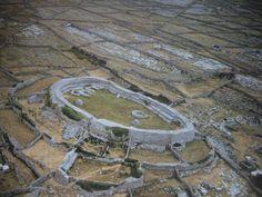 Dun Conor, una fortaleza celta en el oeste de Irlanda, era un refugio,un palacio real y un centro religioso.   A diferencia de otras fortalezas de piedra en el Aran Islands Dun Conor de forma casi oval. Situado en el punto más alto del sistema isla mide 50 x 27 m. Con una altura de pared de 5,5 my un nivel casi como su espesor es de 160 m de longitud de pared más poderosa que la pared interna de Dun Aenghus en Inishmore