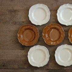 お皿の名前「フェルメ」はフランス語で農家という意味だそうです。 なるほど、デザインが牧歌的でおおらかな雰囲気が伝わってくるお皿です。 取り皿としてもちょうどいいサイズですが、デザートプレートとしても活躍しそう。 なんとなく、甘いものを載せてミルクと一緒に楽しみたい。 そう思わせるのは、やはりフェルメの名前故か、それともアメ色のお皿がジャージー牛を思わせるからか。 モーモー。 ・ http://hippopotame.net/?pid=108201121 ・ #ヒポポタム #広島 #広島雑貨 #インテリア #hiroshima #interior #府中 #府中町 #スタジオエム #杂货 #厨房用品 #餐具 #studiom #kitchenware #スタジオm #食器 #お皿 #フェルメ #ラウンドプレート #plate  #столовыйприбор #посуда #식기  Yummery - best recipes. Follow Us! #kitchentools #kitchen