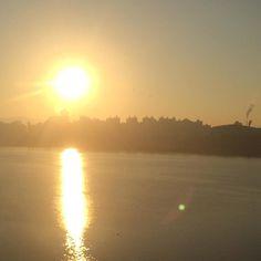 2017-11-27 월요일 순간 한강이 얼기 시작한 줄 알았다.. 역시.. 벌써 한강이 얼리 없잖아 한강에서 얼음지치기 할 날이 다시 올지.. 이젠 정말 어린날의 추억이구나.. 대신 오늘은 오늘의 즐거움이 있다.. 싱긋 웃으며 오늘 출발.. 해피 월요일 #한강 #출근길 Han River, Celestial, Sunset, Outdoor, Outdoors, Sunsets, Outdoor Games