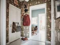 You simpley MUST see this perfectly styled apartment in Majorna! Yes this home is the coolest of Gothenburg homes right now. William Morris Wallpaper, Morris Wallpapers, Scandinavian Interior Design, Scandinavian Home, Murs Turquoise, Scandi Home, Turbulence Deco, Boho Home, Swedish House