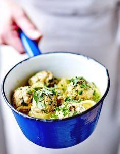 Recette Tajine de keftas : Ecrasez les crackers. Pelez et dégermez l'ail, puis hachez-le finement. Pelez le ½ oignon et hachez-le finement.Mélangez le veau...